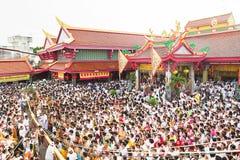 Phuket, Tailândia - 12 de outubro de 2015: Festival do vegetariano de Phuket, o levantamento da cerimônia do polo de bambu Fotografia de Stock Royalty Free