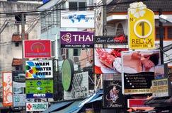 Phuket, Tailândia: Desordem de sinais da loja Foto de Stock
