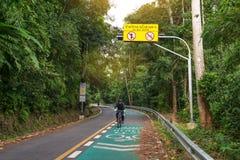 Phuket, Tailândia-dezembro 17,2016: Ciclismo do homem no parque no golpe Imagem de Stock