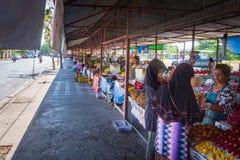 Phuket, Tailândia, em março de 2013, troca dos povos tailandeses em marcado aberto do fruto fotografia de stock