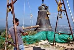 Phuket, Tailândia: Homem que soa Bell Fotografia de Stock Royalty Free