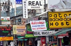 Phuket, Tailândia: Jumble de sinais da loja fotografia de stock royalty free