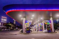 Phuket, Tail?ndia - 2 de maio de 2018: Posto de gasolina da autoridade do petr?leo do PTT de Tail?ndia no tempo ealy nigh imagem de stock royalty free