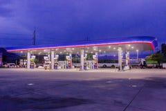 Phuket, Tail?ndia - 2 de maio de 2018: Posto de gasolina da autoridade do petr?leo do PTT de Tail?ndia no tempo ealy nigh imagens de stock royalty free