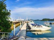 PHUKET, TAILÂNDIA - 4 DE MAIO DE 2017: Vista do porto do porto de Phuket fotos de stock