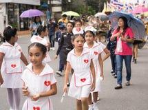 PHUKET, TAILANDIA - 26 AGOSTO: Parata dello scolaro operato su Augus Fotografie Stock