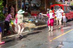 Phuket, Tailandia - 13 de abril de 2017: Celebración del Año Nuevo budista tailandés - Songkran Foto de archivo libre de regalías