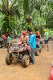 PHUKET, TAILANDIA - 23 DE AGOSTO: Turistas que montan ATV a los adv de la naturaleza Imagenes de archivo
