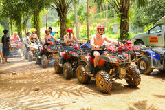 PHUKET, TAILANDIA - 23 DE AGOSTO: Turistas que montan ATV a los adv de la naturaleza Fotografía de archivo libre de regalías