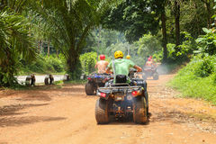 PHUKET, TAILANDIA - 23 DE AGOSTO: Turistas que montan ATV a los adv de la naturaleza Foto de archivo