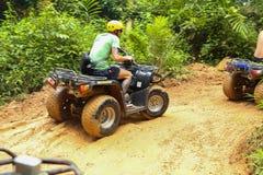 PHUKET, TAILANDIA - 23 DE AGOSTO: Turistas que montan ATV a los adv de la naturaleza Imagen de archivo libre de regalías