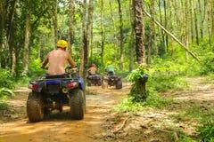 PHUKET, TAILANDIA - 23 DE AGOSTO: Turistas que montan ATV a los adv de la naturaleza Imágenes de archivo libres de regalías