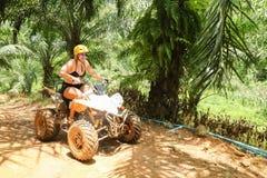 PHUKET, TAILANDIA - 23 DE AGOSTO: Turistas que montan ATV a los adv de la naturaleza Foto de archivo libre de regalías