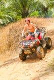 PHUKET, TAILANDIA - 23 DE AGOSTO: Turistas que montan ATV a los adv de la naturaleza Fotos de archivo libres de regalías