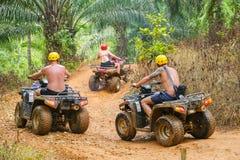 PHUKET, TAILANDIA - 23 DE AGOSTO: Turistas que montan ATV a los adv de la naturaleza Fotografía de archivo