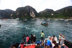 Phuket, TAILANDIA - 5 de enero: barco Asia de la excursión del kajak del mar del paisaje el 5 de enero de 2015 Fotos de archivo
