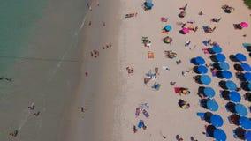 PHUKET, TAILANDIA - 20 DE ENERO DE 2017: La porción de deckchairs está en la playa cerca de mar en el día soleado del verano Imagenes de archivo