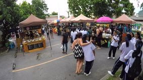 Phuket, Tailandia - 10 de enero: Mercado tailandés de indy de la comida de la calle cerca de la escuela Limelapse de Gopro HD almacen de video