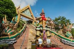 PHUKET, TAILANDIA - 11 DE ENERO: Sonó el templo Wat Khao Rang de la colina i Imágenes de archivo libres de regalías