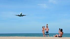 Phuket, Tailandia - 10 de enero de 2019: Turista con las imágenes de la toma de la familia que esperan para en la playa con los a
