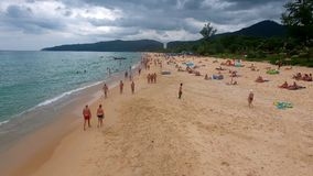 PHUKET, TAILANDIA - 20 DE ENERO DE 2017: Vuelo del abejón a lo largo de la playa tropical en Phuket Tailandia Imagenes de archivo