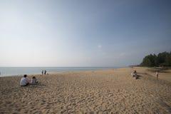 PHUKET, TAILANDIA - 9 DE FEBRERO DE 2016: los turistas se relajan en la playa Foto de archivo libre de regalías