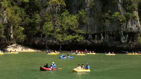 Phuket, Tailandia - 19 de febrero de 2017: Turistas kayaking entre las islas de la piedra caliza almacen de video