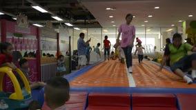 PHUKET, TAILANDIA - 7 DE JULIO DE 2019: Juego de muchos niños con la diversión en sitio del patio del centro comercial almacen de metraje de vídeo