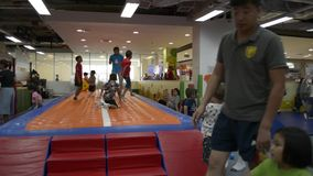 PHUKET, TAILANDIA - 7 DE JULIO DE 2019: Juego de muchos niños con la diversión en sitio del patio del centro comercial almacen de video