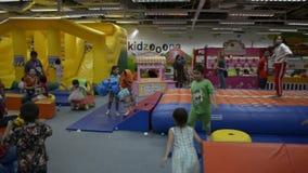 PHUKET, TAILANDIA - 7 DE JULIO DE 2019: Juego de muchos niños con la diversión en sitio del patio del centro comercial metrajes