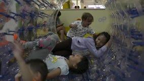 PHUKET, TAILANDIA - 7 DE JULIO DE 2019: los niños son gozan para jugar así como un rodillo transparente grande metrajes