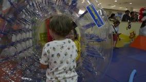 PHUKET, TAILANDIA - 7 DE JULIO DE 2019: los niños son gozan para jugar así como un rodillo transparente grande almacen de video