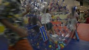 PHUKET, TAILANDIA - 7 DE JULIO DE 2019: los niños son gozan para jugar así como un rodillo transparente grande almacen de metraje de vídeo