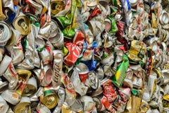 PHUKET, TAILANDIA 28 DE JUNIO DE 2015: Latas de bebida de aluminio recicladas Fotografía de archivo libre de regalías
