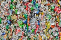 PHUKET, TAILANDIA 28 DE JUNIO DE 2015: Latas de bebida de aluminio recicladas Foto de archivo libre de regalías