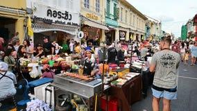 Phuket, Tailandia - 16 de junio de 2019: Muchedumbre de artesanía que hace compras de los turistas y comida local a lo largo de l almacen de metraje de vídeo