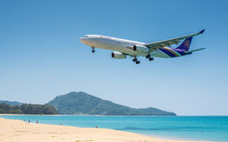 PHUKET, TAILANDIA - 11 DE MARZO: Aeroplano del aterrizaje en Phuket Imagen de archivo