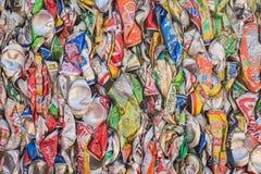 PHUKET, TAILANDIA - 3 DE MARZO: Soda y latas de cerveza machacadas en un rec Fotografía de archivo