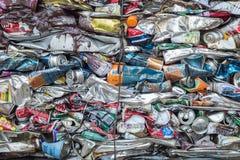 PHUKET, TAILANDIA - 3 DE MARZO: Soda y latas de cerveza machacadas en un rec Fotografía de archivo libre de regalías