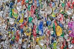 PHUKET, TAILANDIA - 3 DE MARZO: Soda y latas de cerveza machacadas en un rec Fotos de archivo
