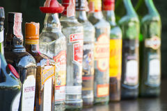 Phuket, Tailandia - 20 de mayo de 2016: diversas botellas del alcohol encendido ella Fotografía de archivo