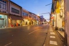Phuket, Tailandia - 24 dicembre 2015: I buddisti stanno offrendo il foo fotografia stock libera da diritti
