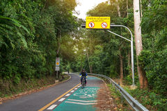 Phuket, Tailandia-dicembre 17,2016: Uomo che cicla nel parco al colpo Immagine Stock