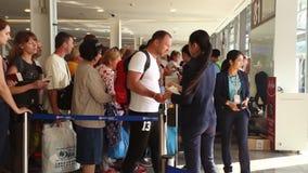 Phuket, Tailandia - 23 febbraio 2017: I passeggeri vanno sull'imbarcarsi sull'aereo L'ultimo controllo di passaporto video d archivio