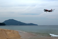 Phuket, Tailandia - 2 febbraio 2017: Spiaggia vicino all'aeroporto, pla Immagine Stock