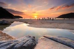 PHUKET, TAILANDIA - 2 GENNAIO: La gente non identificata alla spiaggia di Nai Harn Immagini Stock