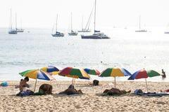 PHUKET, TAILANDIA - 30 gennaio 2016: ombrello di spiaggia variopinto Fotografia Stock Libera da Diritti