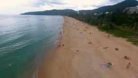PHUKET, TAILANDIA - 20 GENNAIO 2017: Sorvolando spiaggia vuota e poca gente che camminano e che hanno sunbath sulla spiaggia archivi video
