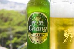 PHUKET, TAILANDIA 20 gennaio 2018 - una nuova bottiglia del classico della birra di Chang Fotografia Stock Libera da Diritti