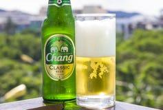 PHUKET, TAILANDIA 20 gennaio 2018 - una nuova bottiglia del classico della birra di Chang contro Immagini Stock Libere da Diritti